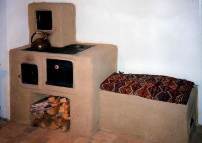 lehmgeputzte Kochmaschine mit Wärmesitzbank